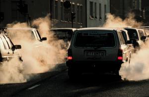 Signaturen har hört att Östersund stoppat byggandet av expresscykelvägar i Östersund och påpekar att den största utsläppskällan i kommunen är biltrafiken. Foto: Jan Collsiöö