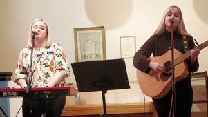 Erika & Sofia intog scenen och framträdde med en varierad musikunderhållning. Foto: Pernilla Lundkvist
