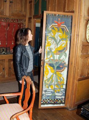 Väven som inspirerat H&M:s designer till nya vårkollektionen. Vävd av Karin efter en tavla som Carl Larsson målade.  Chia Jonsson visar väven i Carl Larssongården.