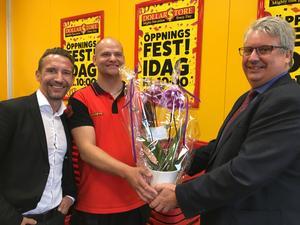 Kommunalrådet Hans Unander  överlämnade en blomma till Butikschefen Erik Eriksson och Dollarstores VD Bent Holm.