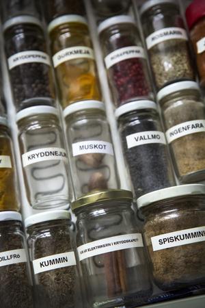 Calle har märkt upp alla kryddburkar med namn och ibland ordvitsar.