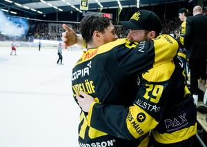 Alexander Lindelöf kramar om vännen Jesper Cederberg efter avancemanget till Allsvenskan. Foto: Arkiv