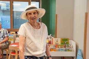 Jag lånar talskivor. Eftersom jag inte ser så bra så är talskivor toppen! säger Britta Heijke 96år.