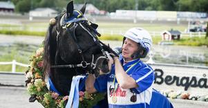 Jorma Kontio tog sin 11 000:e kuskseger på Örebrotravet på torsdagen, med hästen Ajlajk från spets.