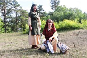 Systrarna Julia och Alva Ståhl spelar Gunhilda och Unnkvinna, och är rivaler i pjäsen.–I pjäsen gillar vi inte varandra men i verkligheten gillar vi varandra jättemycket, säger Julia.