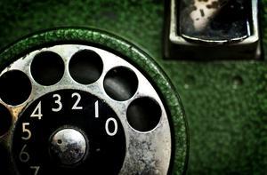 Nummerskiva i gammal telefon från telefonkiosk.