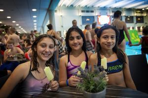 Amitis Aghai, Verna Zaher och Noomi-Sadaf Nilsson började med en glass när de kom till invigningen av nya tränings- och motionsbassängen på Himlabadet.