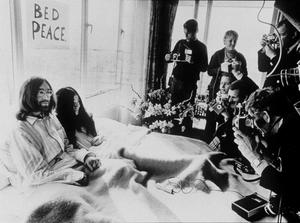 1969 när Vietnamkriget trappades upp höll John Lennon och hans fru Yoko Ono två veckolånga sängstrejker för fred, så kallade Bed-Ins for Peace. Foto: TT