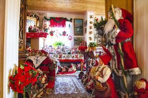 Att öppna dörren till Astrid Hebnes röda lilla stuga är som att träda in i ett riktigt tomteland.