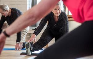 Maud Pettersson stretchar trötta muskler efter passet.