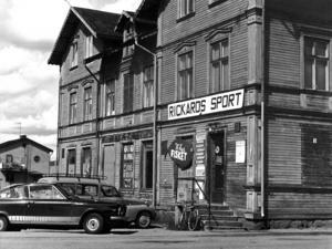 Det här huset , som då inrymde Rickards sport, revs 1979. Tidigare fanns här mejeri och innan dess en Konsumaffär.