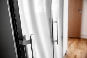 Kyl- och frys i rostfritt alternativt vitt utförande. De finare lägenheterna har fått rostfria vitvaror.