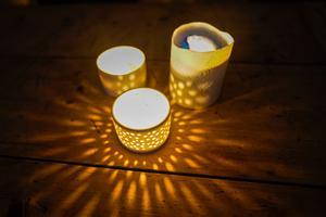 Insändarskribenten släckte lamporna under årets Earth Hour – och tände ljus i stället. Bild: Cornelius Poppe/TT