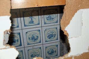 Vissa väggar i husen har redan rivits, bakom just denna vägg doldes ett gammalt vackert kakel.