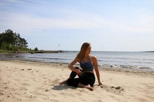 Sittande ryggradsrotation (Ardha Matsyendrasana)Gör så här: Sitt ner med benen sträckta rakt framför dig. Dra upp höger knä mot bröstet och placera fotsulan på utsidan av vänster lår. Se till att du har hela fotsulan i golvet. Pressa vänster häl framåt för ett starkt ben. Du kan även dra upp vänster ben så att foten landar utanför höger höft. Andas in och krama om höger knä med vänster arm, sträck toppen av huvudet mot taket och förläng ryggen. På utandning, rotera överkroppen åt höger och sätt ner vänster hand strax bakom kroppen. Vrid blicken över bakre axeln, alternativt rakt ut åt sidan. Känn hur varje inandning sträcker ryggen ännu rakare upp mot taket genom toppen av huvudet och hur utandningen tar dig lite djupare in i rotationen. Om du har en bra rörlighet i ryggen kan du släppa höger knä och i stället placera vänster armbåge på utsidan av låret med handflatan öppet åt sidan. Stanna i fem till tio andetag. Andas in och sträck dig längre mot taket, släpp taget om benen och kom långsamt fram igen på en utandning. Upprepa på motsatt sida.