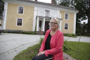 """""""Det får ta sin tid att hitta rätt köpare. Jag är inte förvånad att vi inte fått herrgården såld ännu"""", säger Stina Stenberg."""