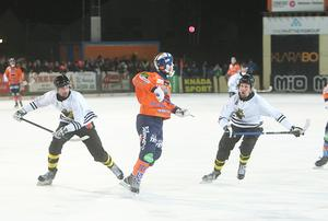 Christian Mickelsson tar med sig en jätteutkast från Pertti Virtanen – men inget mål den gången.