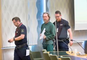 Ulf Borgström förs ut ur rättssalen av vakter från häktet. Han har suttit frihetsberövad sedan den 17 januari 2018.