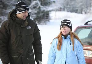Fredrik Lagerholm peppar Isabelle Karlberg inför skidåkningen i Åsarna.