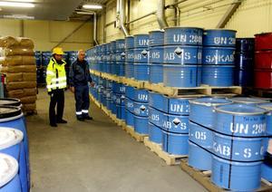 Hittills har man levererat cirka 200 ton. Sakabs vd, Göran Eriksson, och Håkan Persson i lokalen där de