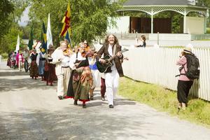 Spelmännen Maria och Micke Sellberg ledde inmarschen till Järvsös nationaldagsfirande.