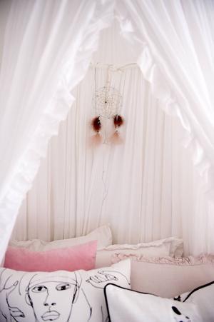 Dottern Stella sover under en mjuk sänghimmel.