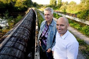 Ronnie Nordström och Andreaz Strömgren vid kraftverkets vattenledning som snart kan vara ett minne blott.