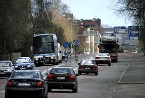 Nu när asfalten äntligen är bar så sprider man saltlösning på de större vägarna. Det gör att det blir riktigt halt, särskilt för motorcyklar och bilar med lite bredare däck, skriver signaturen