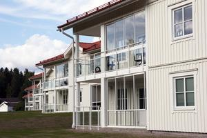 De fem hyreshusen ligger högt med utsikt mot ett grönområde på ena sidan och en talldunge på den andra.