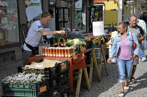 Närodlat. Gustaf Söderfeldt stod på torget och sålde närproducerat på höstmarknaden. Inom kort finns hans och andra lantbrukares produkter i egen butik.