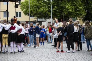 Publikens majoritet var unga fotbollsspelare i matchtröjor.