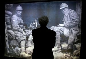 Museibesökare i Rom framför en bild från första världskriget.  Foto: Gregorio Borgia/ TT