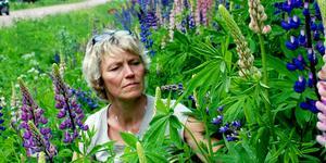 Åsa Rydell förklarar att det är viktigt att inte kasta trädgårdsavfall i naturen då det ökar risken för spridning av invasiva arter.