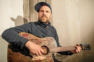 Stiko Per Larsson är en av de artister som ställer upp och spelar i Ludvika.