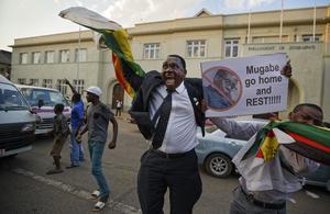 Så här glad blev en zimbabwisk man när det stod klart att Robert Mugabe hade avgått. Bild: Ben Curtis /APhoto