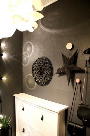 Hallen är välkomnande och har coola detaljer, bland annat skapar en ljusslinga häftiga runda ringar på väggen.