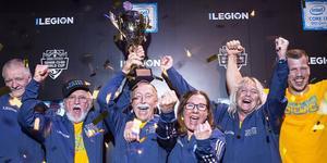Laget består av  fem medlemmar och deras nuvarande tränare.  Här firar de att de vunnit VM i Counter-strike. Foto: Lenovo