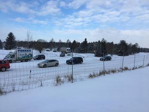 Polisen leder om trafiken efter morgonens olycka. Bilarna närmast kör av E4 på påfarten i Järna.