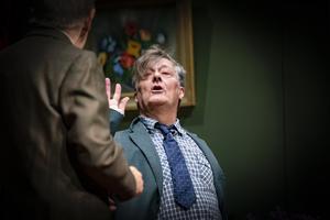 Den smått berusade Gusten Skumme, Ulf Adolphson, pratar ut med Arvid Tolf, Sören Windahl. Foto: Lennye Osbeck