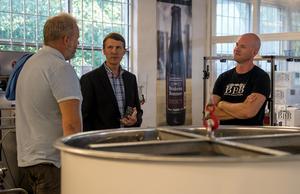 Richard Hansson (till höger) hade fullt upp med att svara på besökarnas frågor.