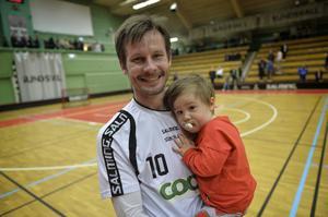 Patrik Fransson med framtidslirare, och tillika sonen, Mille i sin famn.