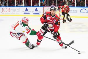 Malmös Niklas Arell försöker ta sig förbi Moras Jacob Lagacé. Foto: Avdo Bilkanovic/Bildbyrån