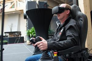 Industriföretaget Hiab demonstrerade en praktisk användning av 5G-tekniken. Emil Norling, ägare av Norlings åkeri, styrde joysticken med säker hand.