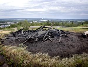Under natten till tisdag brann Lars Vilks konstverk Waaaall, på toppen av Kvarntorpshögen i Kumla. Polisen spärrade av med blåvita plastband runt det som är kvar av  träkonstverket. Man misstänker att branden var  anlagd.