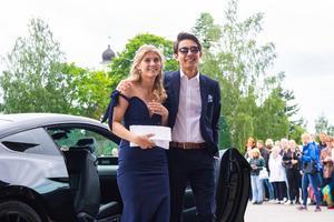 Caroline Kullman och Ruben Sköld matchade varandra i marinblå klänning och kostym.