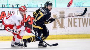 AIK var steget före. Här rycker Simon Fernholm förbi Timrås Johan Persson. Bild: Andreas Sandström/Bildbyrån