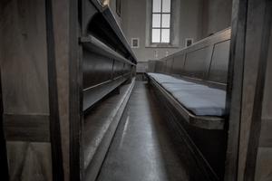 I Hovsta kyrka ska bänkarna bort och ersättas av stolar vilket inte passar in, enligt signaturen. /FOTO: Magnus Hjalmarson Neideman/TT