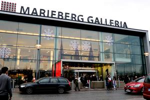 Det är lätt att ta sig till Mariebergs köpcentrum med bil. De son åker buss har det mycket besvärligare och farligare.