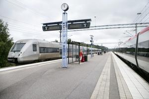 Det finns ett tydligt samband mellan ensamarbete ombord på tågen och utsattheten för hot, våld och sexuella trakasserier, skriver debattörerna.