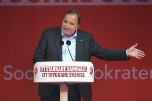 Riktningen är fortsatt snett nedåt. Här talar statsminister Stefan Löfven i Norrtälje tidigare i dag. Foto: Fredrik Sandberg / TT